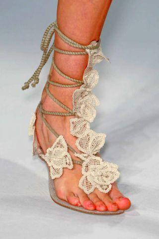 Toe, Joint, Pattern, Nail, Foot, Organ, Barefoot, Mehndi, Henna, Beige,