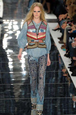Human, Leg, Fashion show, Outerwear, Runway, Style, Fashion model, Fashion, Winter, Street fashion,