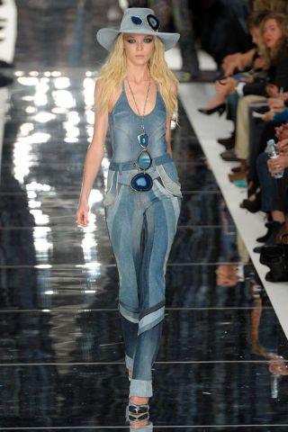 Eyewear, Hat, Style, Fashion show, Fashion model, Fashion, Runway, Sunglasses, Street fashion, Thigh,