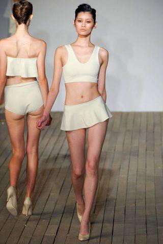Leg, Skin, Human leg, Shoulder, Joint, Standing, Waist, Thigh, Trunk, Chest,