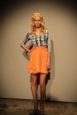 Leg, Sleeve, Human leg, Shoulder, Joint, Standing, Style, Waist, Knee, Fashion,