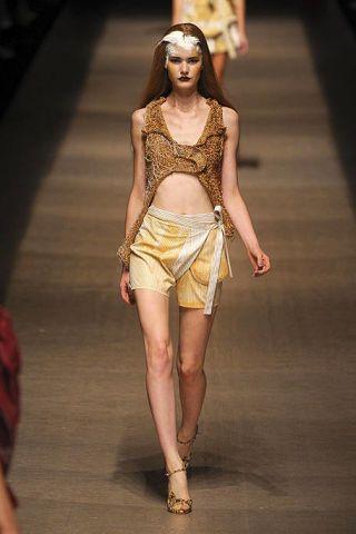 Human leg, Fashion show, Waist, Style, Fashion model, Amber, Runway, Thigh, Fashion, Beauty,