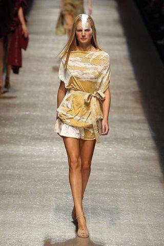 Leg, Brown, Human leg, Fashion show, Shoulder, Joint, Runway, Dress, Fashion model, Style,
