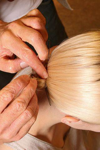 Finger, Hairstyle, Skin, Hand, Ingredient, Nail, Wrist, Thumb, Blond, Garlic,