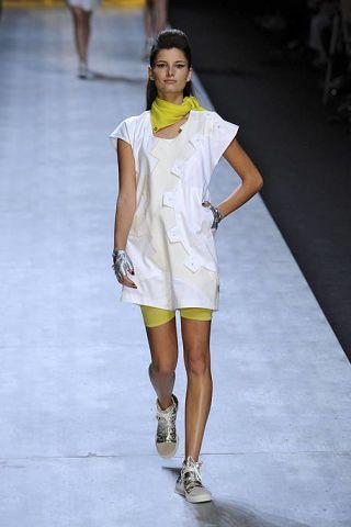 Leg, Yellow, Sleeve, Fashion show, Human leg, Shoulder, Joint, Runway, White, Style,