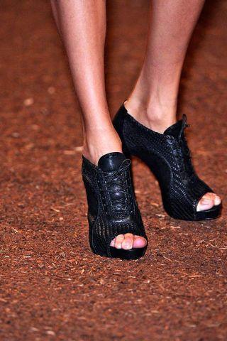 Brown, Human leg, Joint, Red, Toe, Foot, Fashion, Sandal, Close-up, Tan,