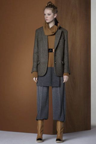 Brown, Human body, Sleeve, Shoulder, Collar, Standing, Coat, Joint, Outerwear, Style,