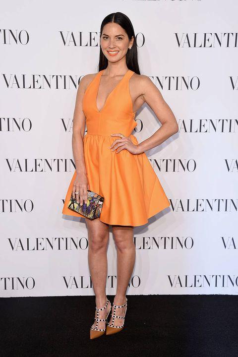Dress, Skin, Shoulder, Human leg, One-piece garment, Facial expression, Style, Formal wear, Cocktail dress, Day dress,