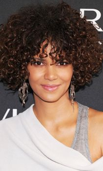 Halle Berry On Hair Extensions Makeup And Aging Gracefully