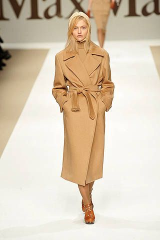 Clothing, Sleeve, Shoulder, Joint, Outerwear, Fashion model, Style, Fashion show, Fashion, Knee,