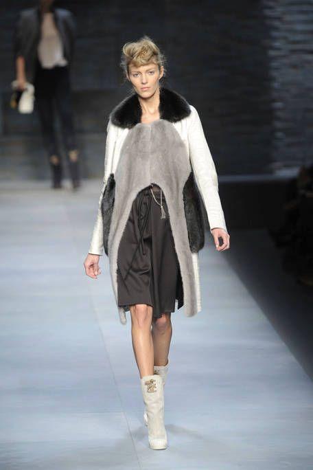 Clothing, Leg, Brown, Fashion show, Shoulder, Joint, Human leg, Outerwear, Runway, Winter,