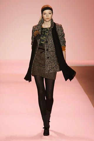 Sleeve, Fashion show, Shoulder, Textile, Joint, Outerwear, Style, Winter, Fashion model, Runway,
