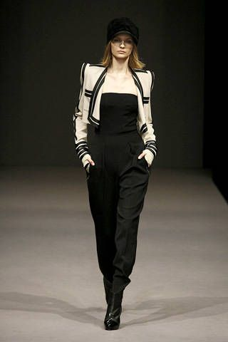 Sleeve, Human body, Shoulder, Fashion show, Joint, Standing, Waist, Style, Knee, Hat,