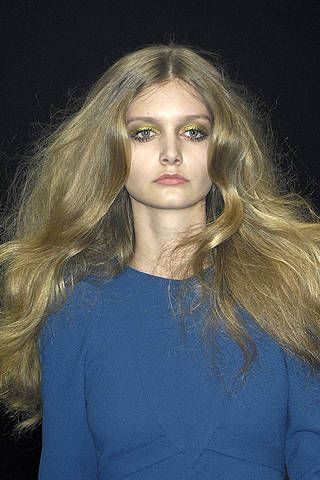 Hair, Lip, Hairstyle, Sleeve, Chin, Shoulder, Eyebrow, Style, Eyelash, Long hair,