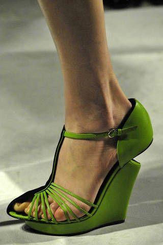 Green, Brown, Human leg, Joint, Toe, Sandal, Tan, Foot, Fashion, Close-up,
