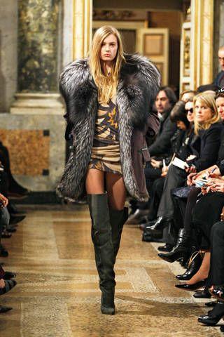Footwear, Textile, Jacket, Fashion show, Outerwear, Style, Street fashion, Runway, Fashion model, Fashion,