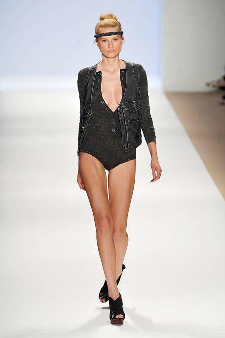 Fashion show, Sleeve, Skin, Shoulder, Joint, Human leg, Waist, Style, Runway, Fashion model,