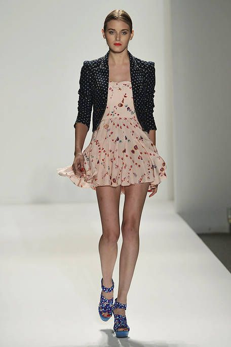 Clothing, Leg, Sleeve, Human leg, Shoulder, Collar, Joint, Style, Fashion model, Pattern,
