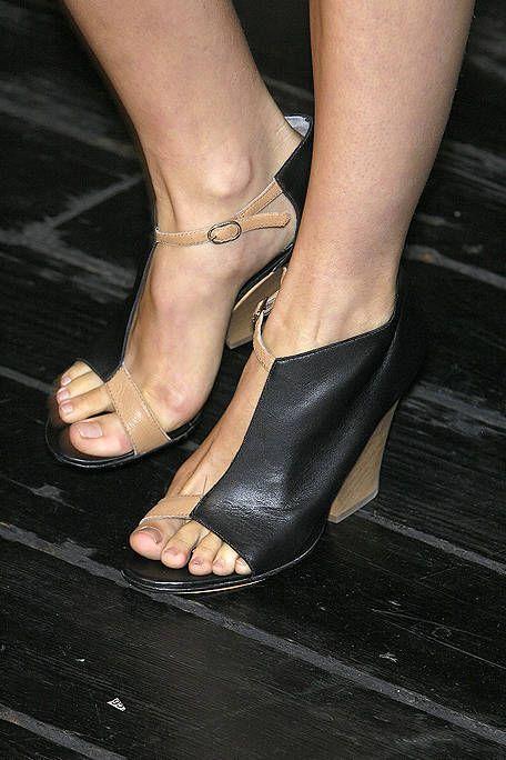 Toe, Human leg, Joint, Foot, Fashion, Nail, Tan, Sandal, Close-up, Ankle,