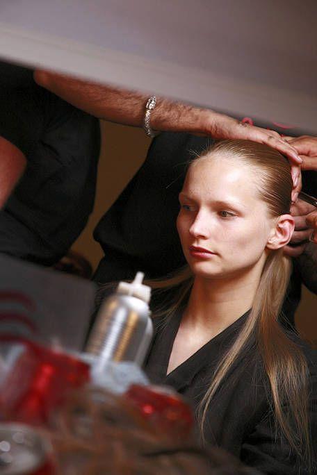 Hairstyle, Wrist, Beauty salon, Eyelash, Brown hair, Hairdresser, Long hair, Hair coloring, Hair care, Personal grooming,
