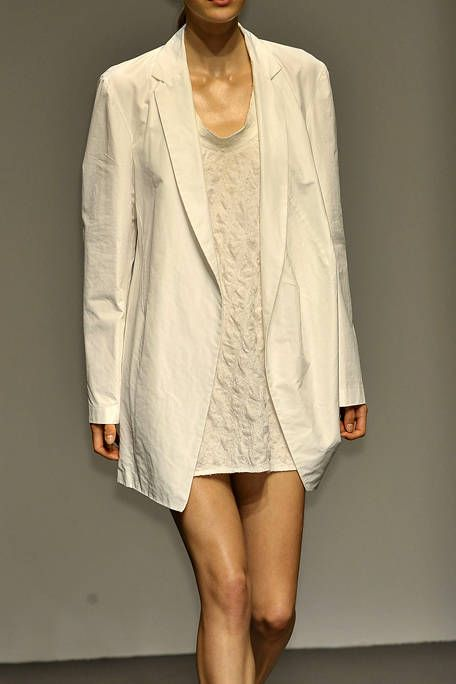 Sleeve, Textile, Joint, Collar, Outerwear, Human leg, Coat, Blazer, Fashion, Knee,