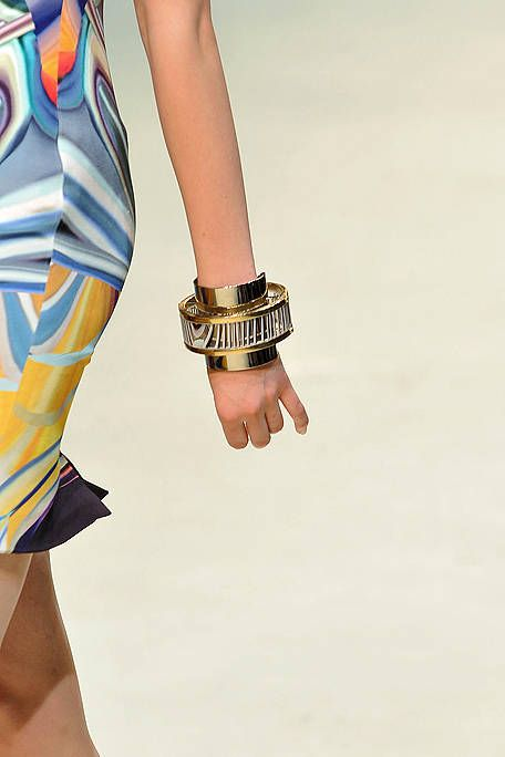 Finger, Wrist, Hand, Joint, Fashion, Thumb, Gesture, Waist, Nail, Active shorts,
