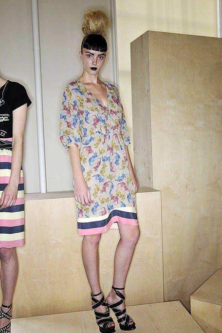 Clothing, Footwear, Eyewear, Leg, Human leg, Shoulder, Joint, Style, Street fashion, Dress,
