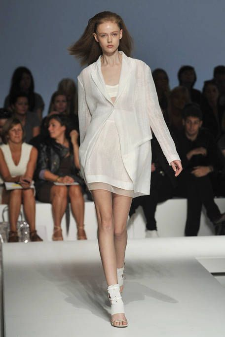 Clothing, Head, Leg, Fashion show, Hairstyle, Event, Skin, Human leg, Shoulder, Runway,