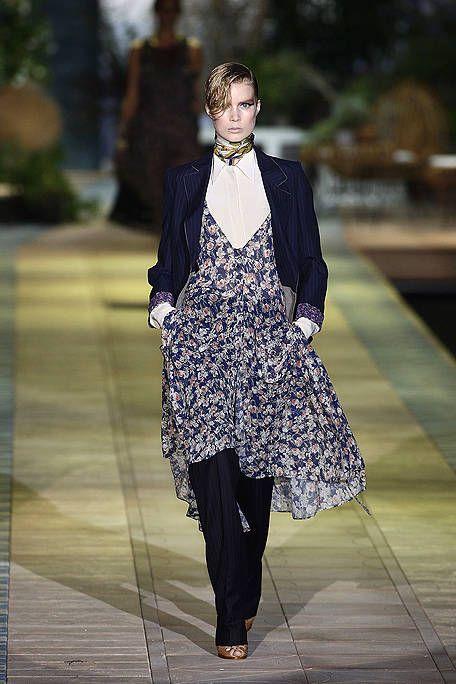 Outerwear, Fashion show, Style, Street fashion, Runway, Fashion model, Bag, Blazer, Fashion, Luggage and bags,
