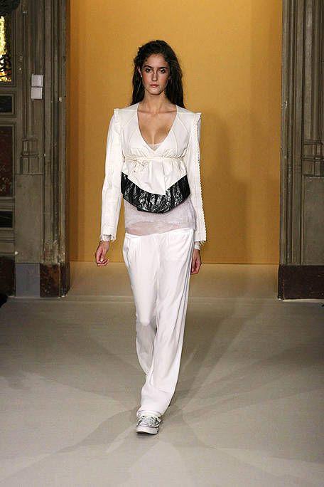 Sleeve, Shoulder, Joint, Style, Floor, Door, Street fashion, Fashion, Waist, Neck,