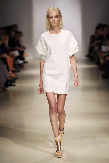 Fashion show, Skin, Shoulder, Human leg, Runway, Joint, Fashion model, Style, Waist, Beauty,
