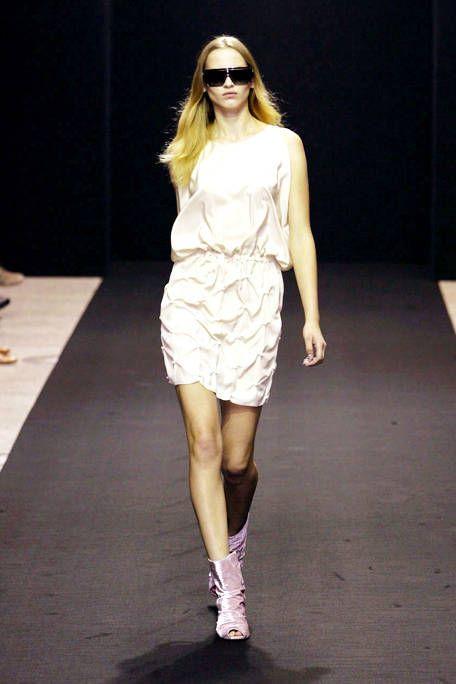 Clothing, Eyewear, Human leg, Shoulder, Sunglasses, Joint, Fashion show, White, Style, Dress,