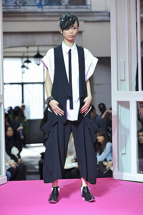 Sleeve, Collar, Outerwear, Dress shirt, Hat, Style, Formal wear, Street fashion, Headgear, Fashion,