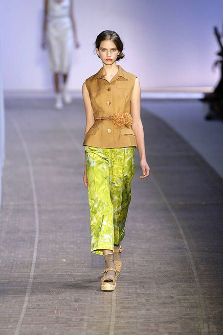 Shoulder, Textile, Standing, Joint, Waist, Style, Floor, Fashion, Pattern, Fashion show,