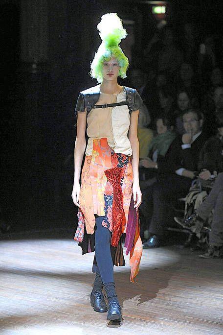 Fashion show, Outerwear, Runway, Style, Fashion model, Fashion, Knee, Model, Costume design, Street fashion,