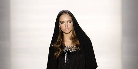 Sleeve, Shoulder, Joint, Fashion show, Style, Jewellery, Fashion model, Bag, Fashion, Knee,
