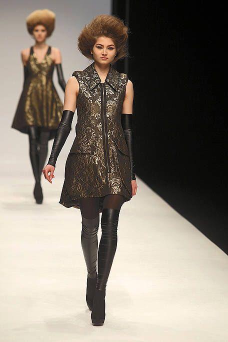 Human body, Shoulder, Joint, Outerwear, Fashion show, Fashion model, Style, Street fashion, Fashion, Knee,