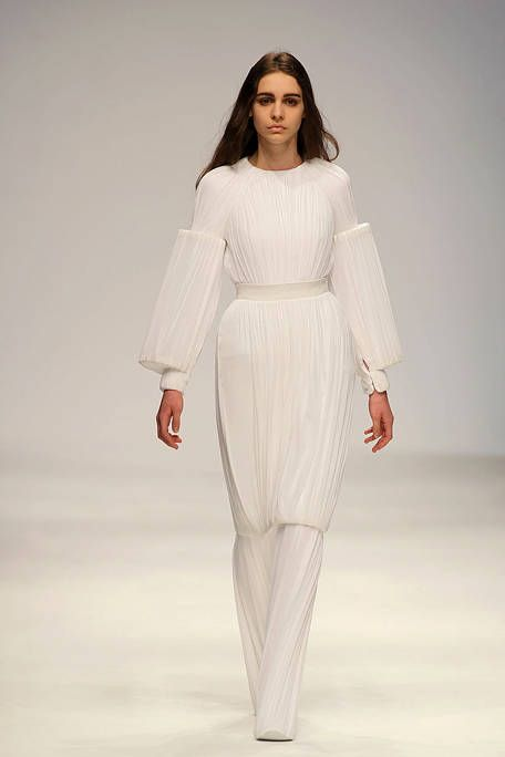 Fashion show, Sleeve, Shoulder, Joint, Style, Fashion model, Waist, Runway, Fashion, Neck,