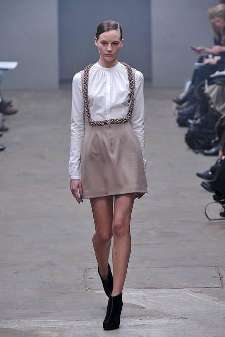 Shoulder, Fashion show, Joint, Runway, Style, Fashion model, Street fashion, Fashion, Neck, Knee,