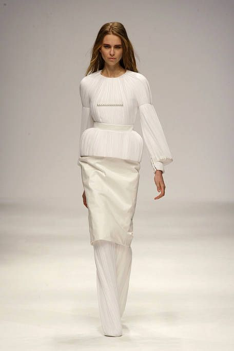 Sleeve, Fashion show, Shoulder, Joint, Runway, Waist, Style, Fashion model, Fashion, Model,