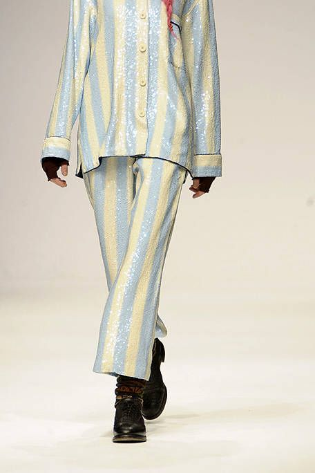 Clothing, Sleeve, Textile, Joint, Fashion show, Style, Fashion model, Pattern, Runway, Knee,