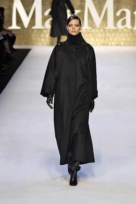 Sleeve, Style, Fashion model, Fashion, Fashion show, Costume design, Runway, Cloak, Fashion design, Haute couture,