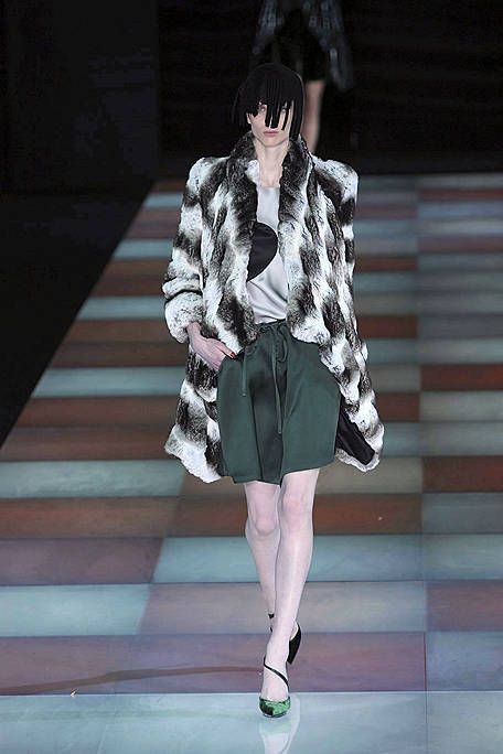 Clothing, Sleeve, Human body, Shoulder, Human leg, Textile, Outerwear, Style, Street fashion, Fashion model,
