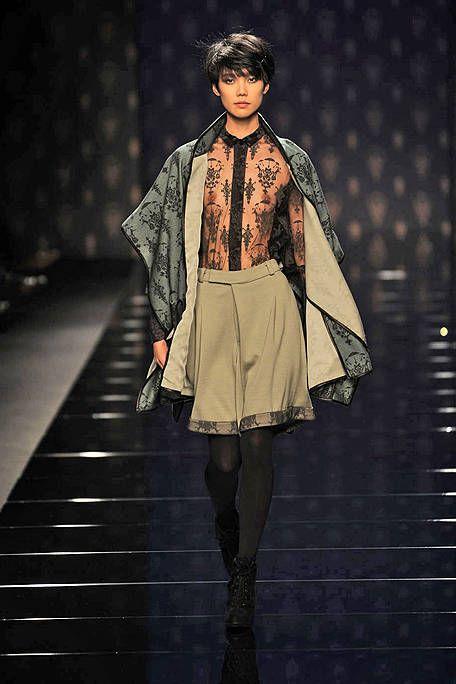 Sleeve, Fashion show, Collar, Runway, Style, Fashion model, Costume design, Fashion, Street fashion, Knee,
