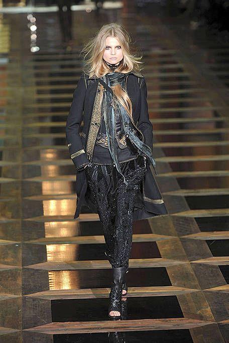 Outerwear, Jacket, Style, Street fashion, Fashion model, Fashion, Blond, Leather, Stairs, Fashion design,
