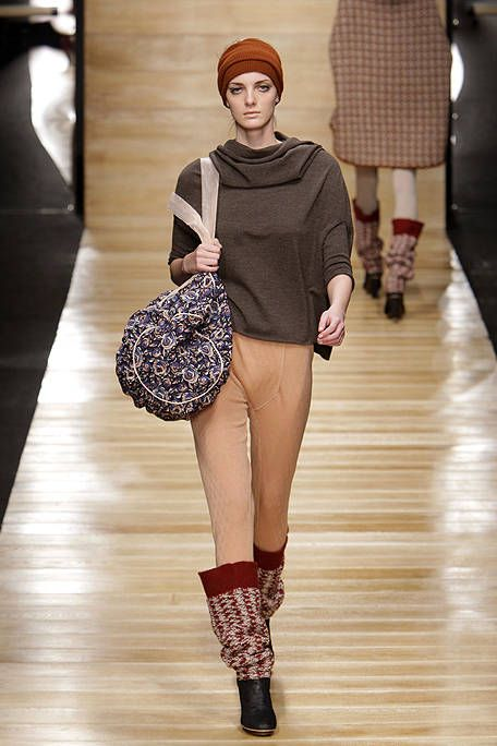 Clothing, Leg, Brown, Sleeve, Shoulder, Textile, Joint, Human leg, Outerwear, Floor,