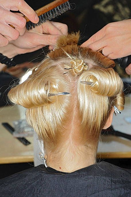 Finger, Hairstyle, Hand, Beauty salon, Barber, Nail, Wrist, Hairdresser, Fashion, Personal grooming,