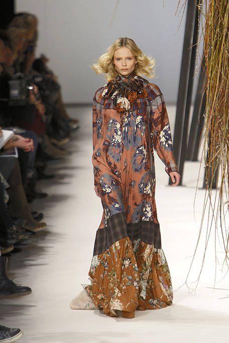 Brown, Textile, Fashion show, Style, Runway, Fashion model, Fashion, Waist, Costume design, Street fashion,