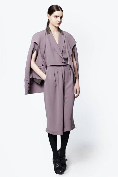Sleeve, Shoulder, Textile, Joint, Style, Bag, Collar, Fashion model, Fashion, Knee,