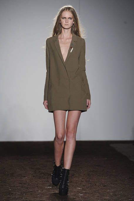 Clothing, Brown, Sleeve, Shoulder, Collar, Human leg, Joint, Style, Knee, Fashion show,